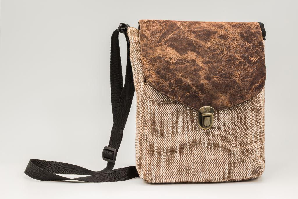 咖啡色側背包